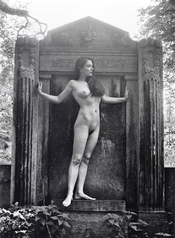 Akt auf dem Friedhof X